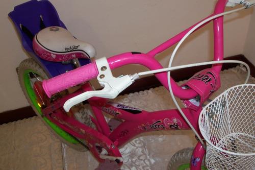 bicicleta rodado 20 nena como nueva se muestra en un local