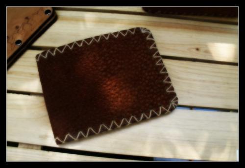 billetera en cuero marron cocida a mano con hilo beig