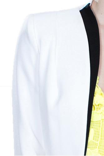 blazer formal color blanco con detalle negro en la solapa