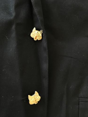 blazer negro con botones dorados en forma de tigre
