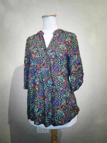 blusa camisa bulgara fibrana negra estampada cuello mao