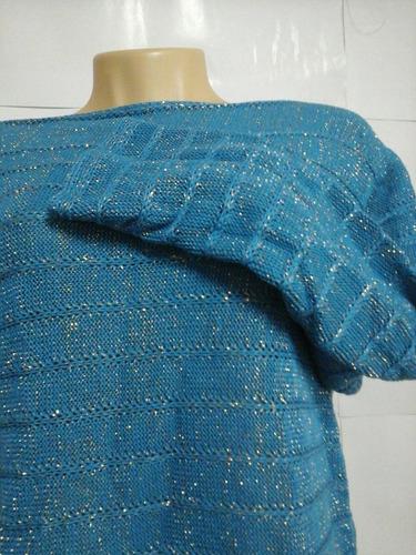 blusa com gola canoa,  na cor azul com detalhes em fio ouro