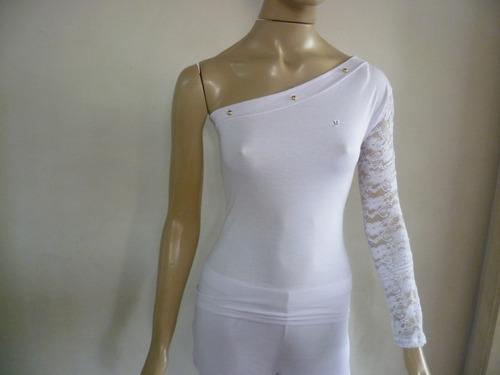 blusa com um ombro de fora e o outro manga comprida de renda