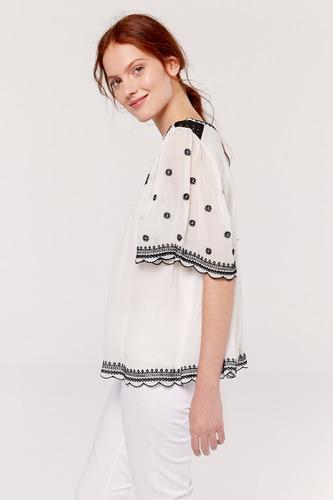 blusa con detalle crochet en hombros y bordada. yagmour