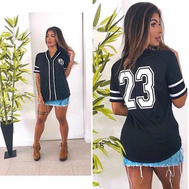 d813cef4c3 Blusa Feminina Botão Na Frente E Número Atrás