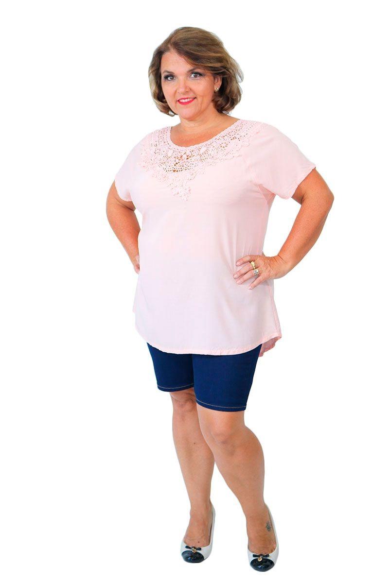 15433cb8b blusa feminina plus size com detalhe no decote rosa chá. Carregando zoom.