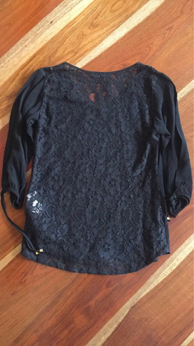 blusa negra con encaje en la espalda studio f