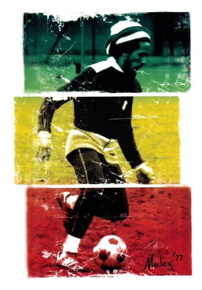 Bob Marley Jugando Al Futbol En 1977 Etiqueta De Colores
