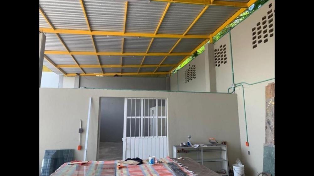 bodega comercial con estacionamiento área techada y oficinas