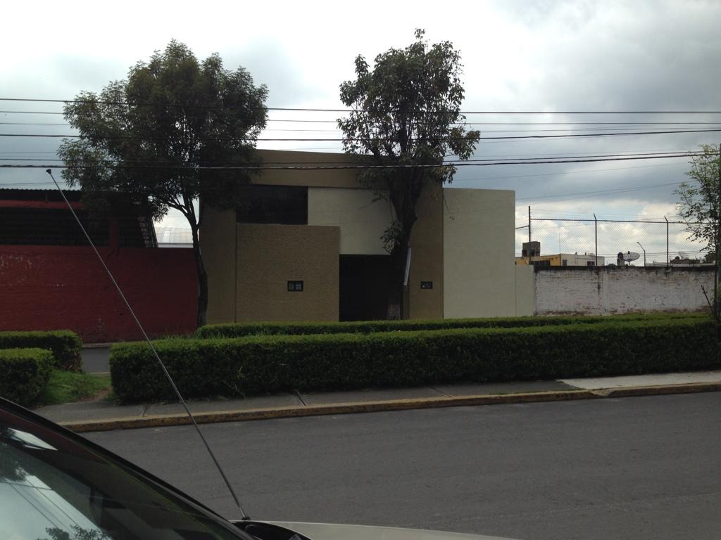 bodega con oficinas incluídas, con área de estacionamiento