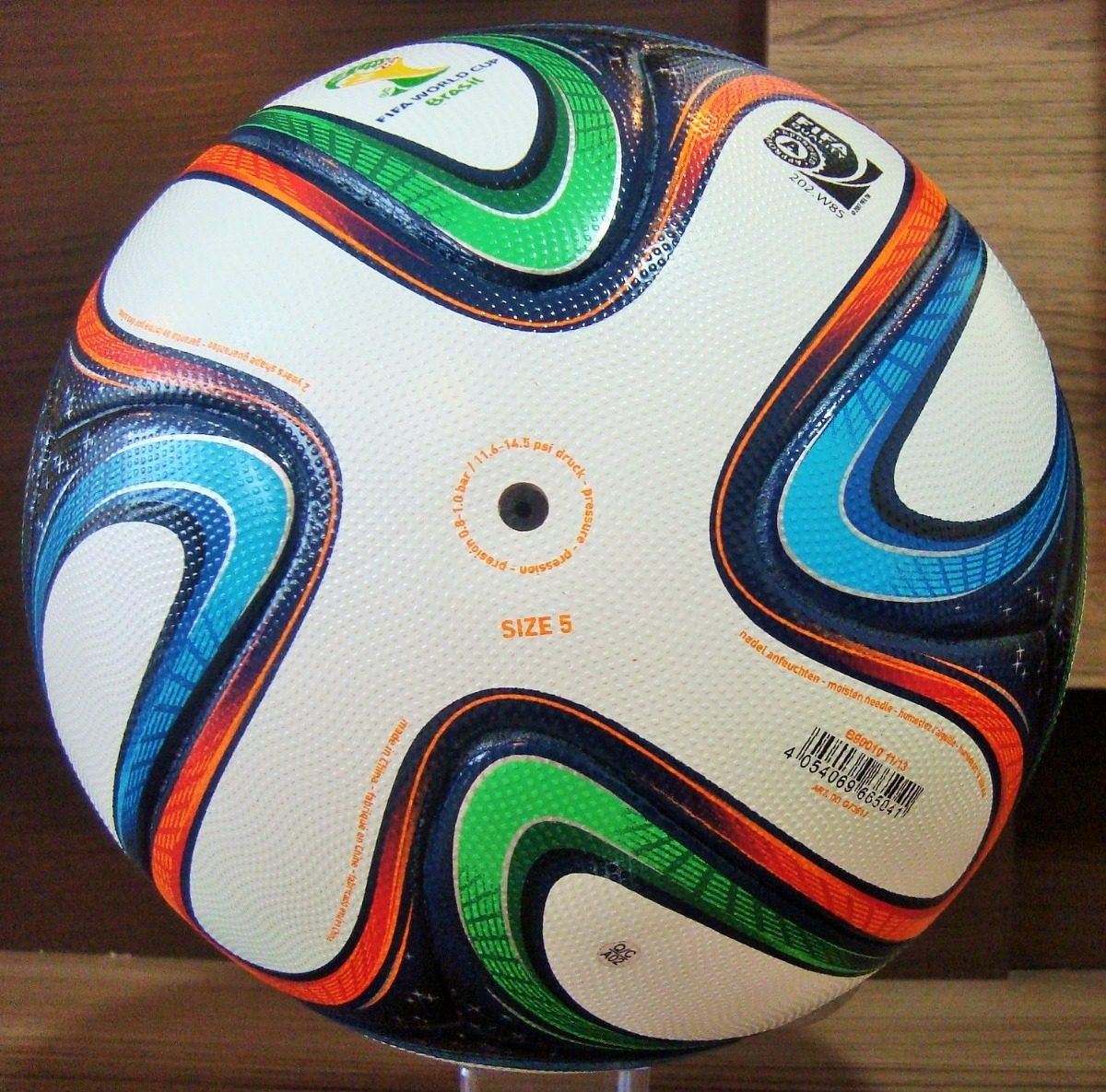 bola adidas brazuca da copa 2014 official match ball. Carregando zoom. 7aa742415feee