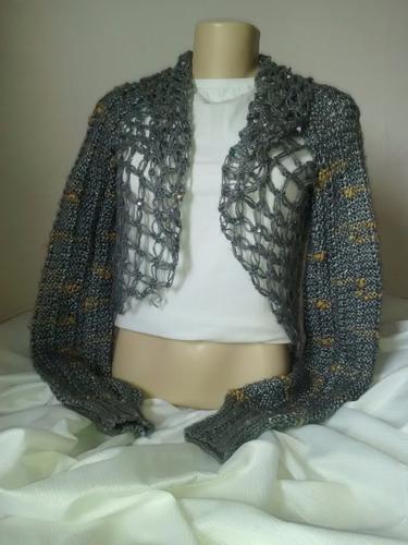 bolero em tricô com mangas compridas. feito com lâ