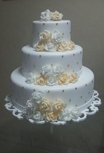 bolo fake casamento com flores branco azul rosa vermelho