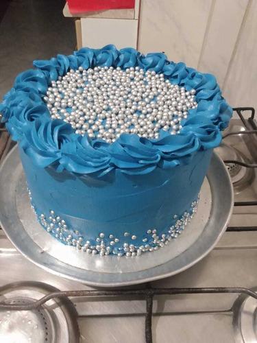 bolos de confeitados, vários temas e vários sabores.