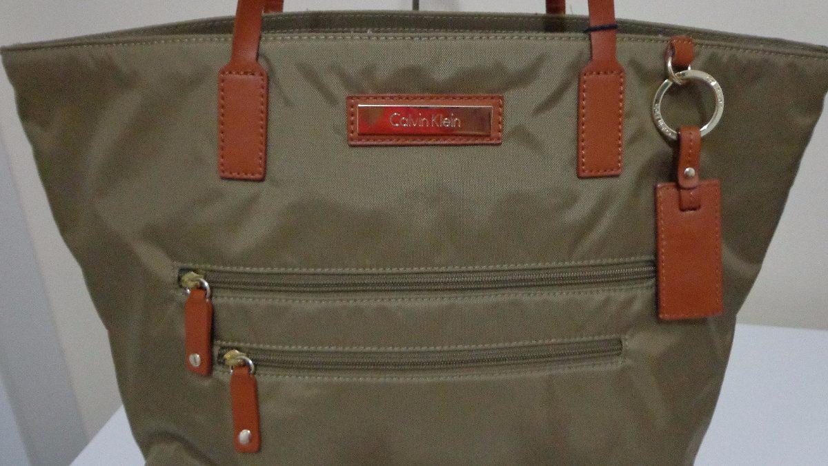 b18c0616da2ed bolsa calvin klein original em napa com detales em couro. Carregando zoom.