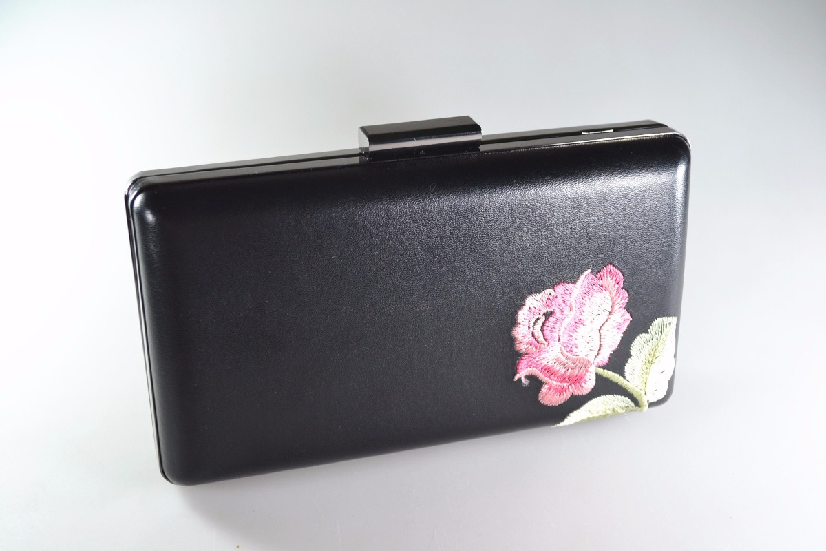48ead7ef1d bolsa clutch feminina festa carteira bordado flor preta. Carregando zoom.