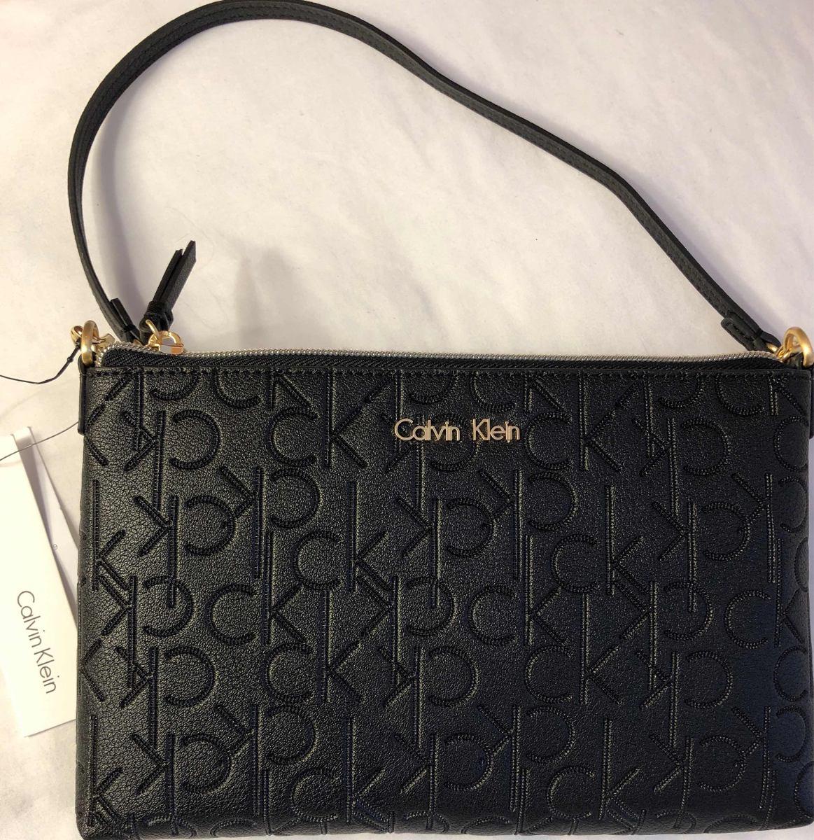 47d879ab9 Bolsa Preta Em Couro Com A Logo Em Relevo - Calvin Klein - R$ 260,00 ...