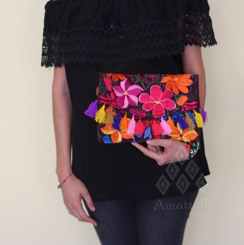 bolsa de mano artesanal bordada y con pompones