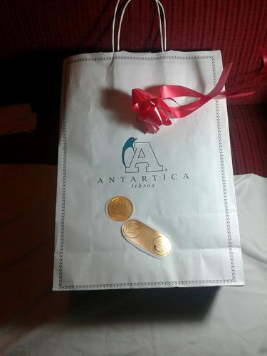 bolsa de papel con sellos adhesivos y cinta de regalo.