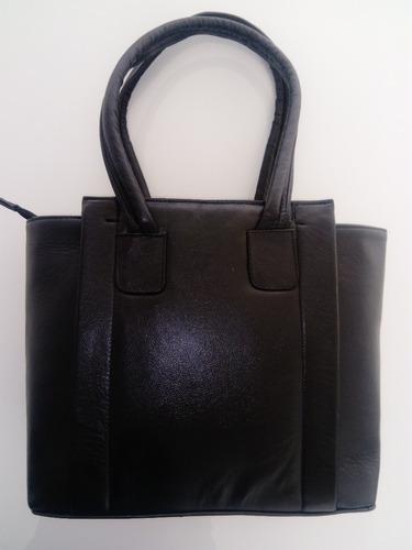 bolsa  de piel color negro, tamaño mediano