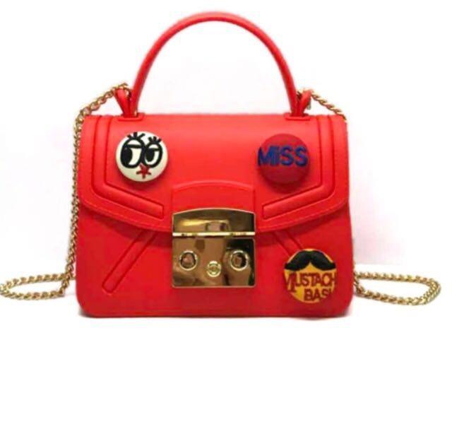 5f044c41c Bolsa Feminina Em Pvc, Com Buttons Divertidos - R$ 99,00 em Mercado ...