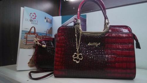 179aace92 Bolsa Feminina Envernizada Social Excutivo Luxo - R$ 158,00 em ...