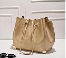 23b5da935 Bolsa Saco Feminina - Bolsas de Couro Sintético Dourado escuro em ...