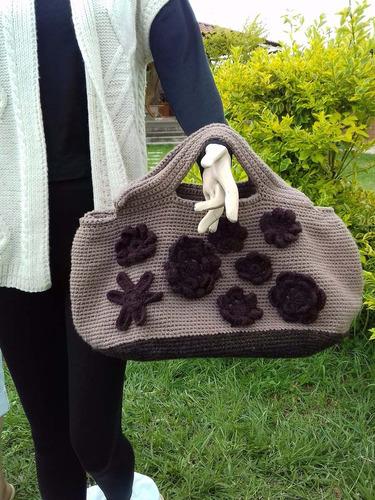 bolsa forrada con aplicaciones de flores al frente