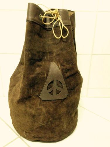bolsa saco em couro anos 60 com símbolo da paz