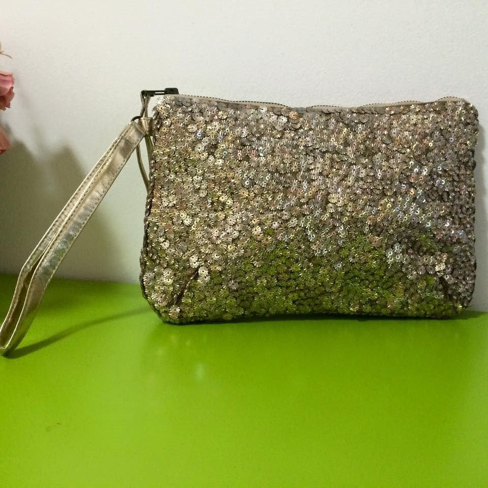 5b3f5cd3d bolsa social de mão dourada com aplicações em metal. Carregando zoom.