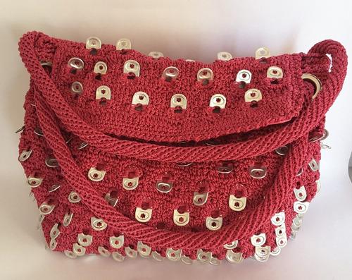 bolsa tejida con fichas de refresco colgadas