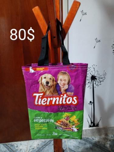 bolsas confeccionadas con bolsas de alimento balanceado.