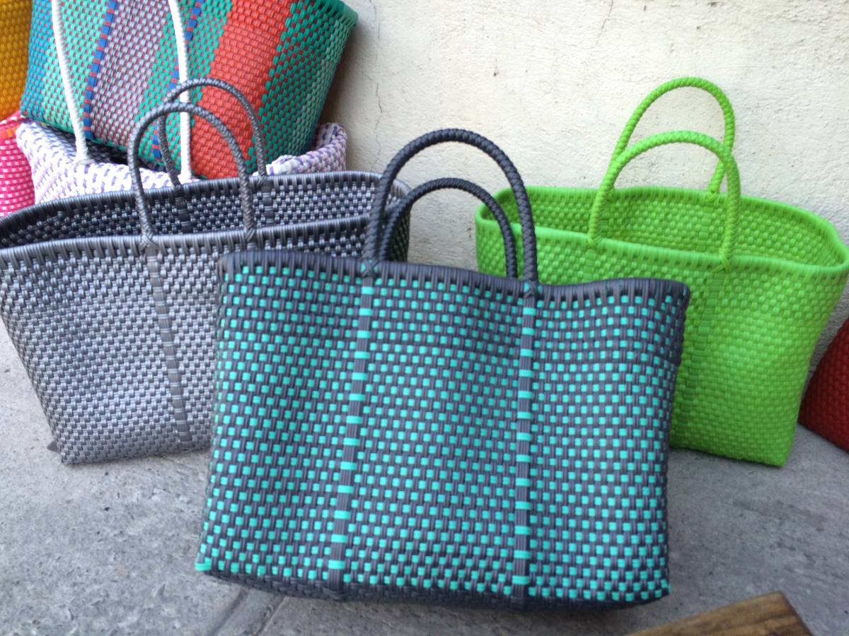 Bolsas de pl stico de colores tejidas a mano en - Manualidades a mano ...