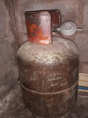 bombona de gas llena con su regulador