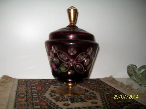 bomboniere antiga na cor vinho com detalhes em dourado