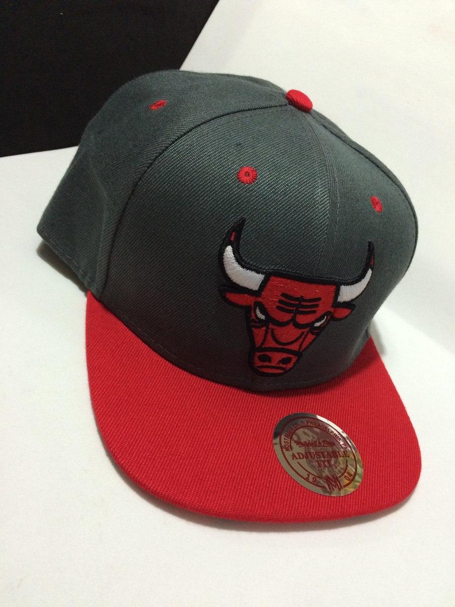 f11f0e1ff292d boné chicago bulls cinza com aba vermelha snapback aba reta. Carregando zoom .