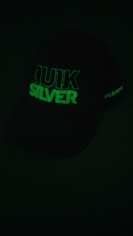 676bce01835f3 bone quicksilver que brilha no escuro usado. Carregando zoom.