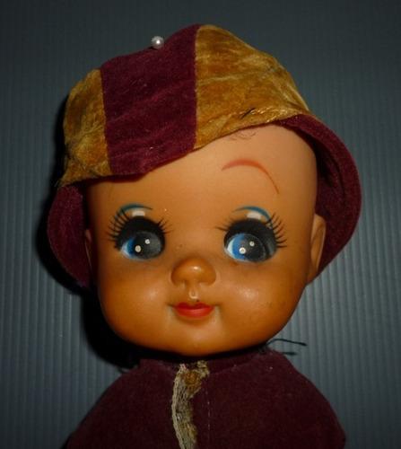 boneca antiga de prateleira - em veludo, renda e plástico