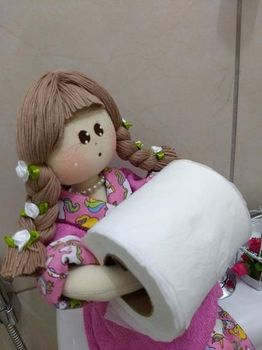 boneca de pano porta papel higiênico.