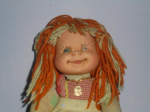 boneca emília da estrela com correntinha e falha nos olhos
