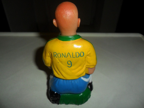 boneco ronaldo campeão da copa com a taça
