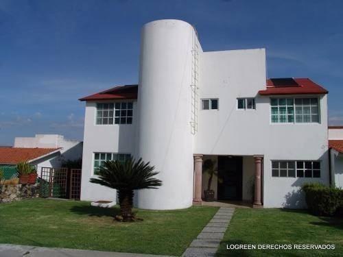 bonita casa de tres niveles con centrica ubicacion