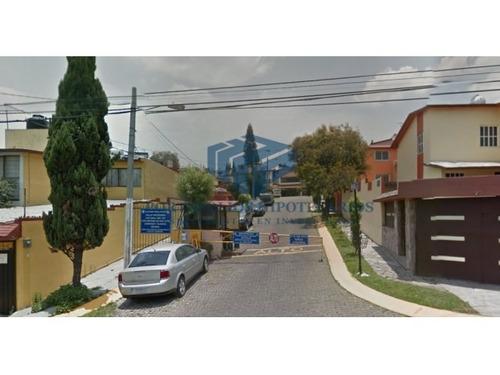 bonita casa en calle cerrada desarrollada en desniveles