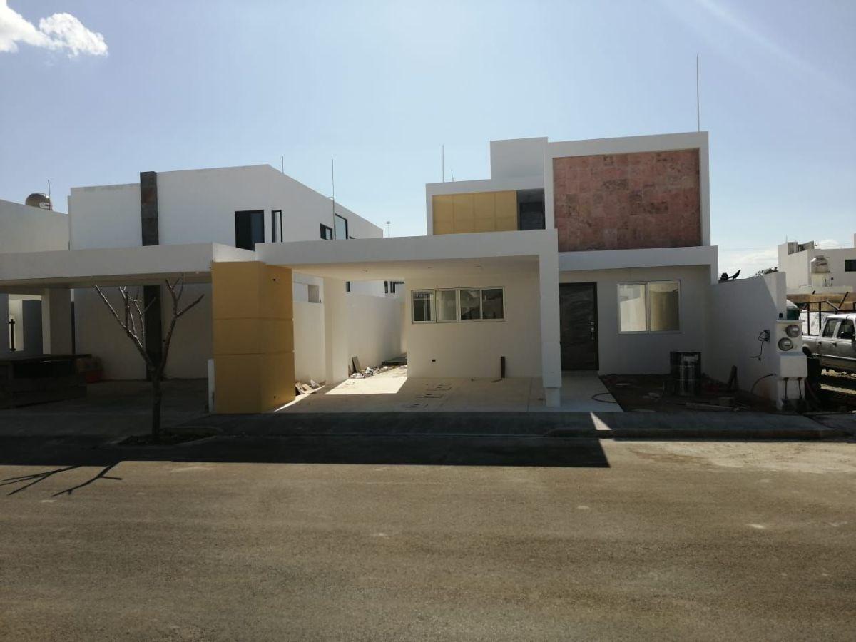 bonita casa en venta en avenida conkal con piscina