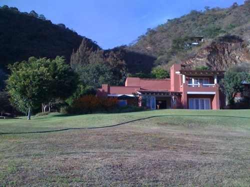 bonita casa en venta en valle de bravo frente al lago