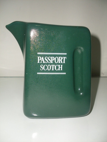 bonita jarra de loza wiskera whisky passport scotch verde