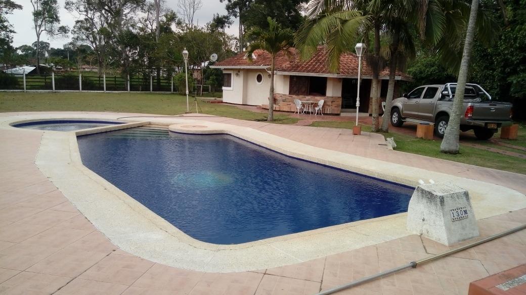 bonita parcela con piscina