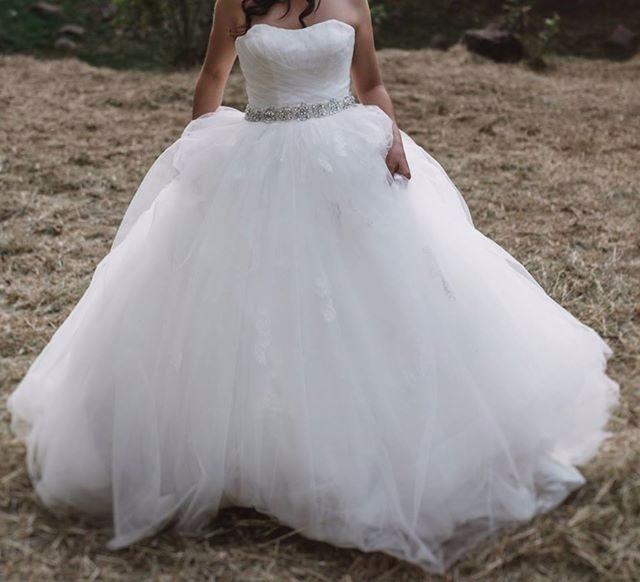bonita vestido de novia corte princesa, con velo y crinolina