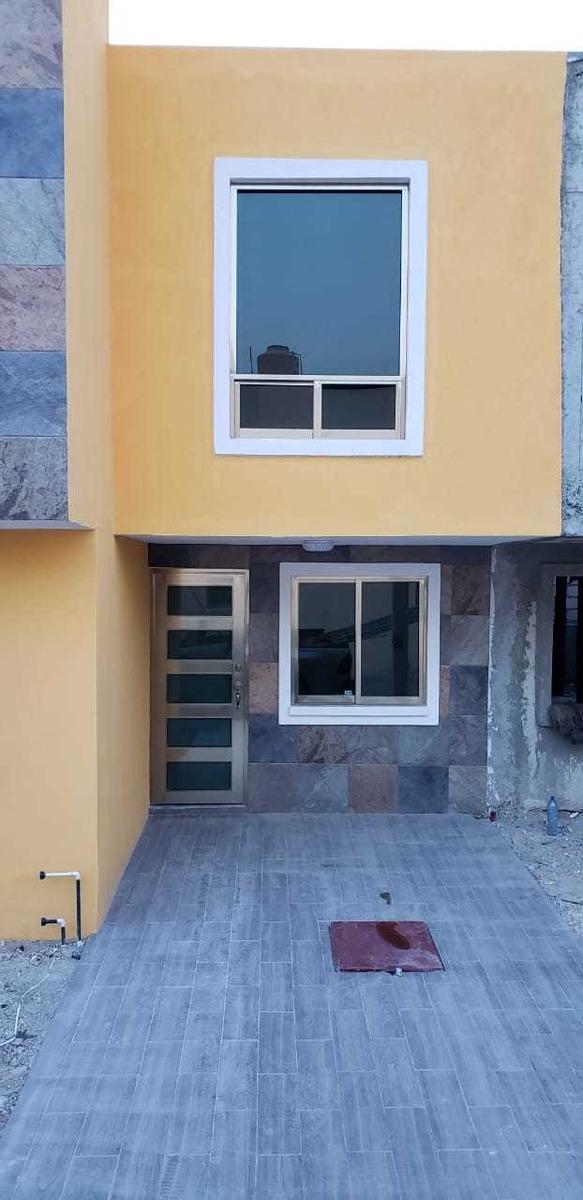 bonita y amplia casa en privada de dos niveles