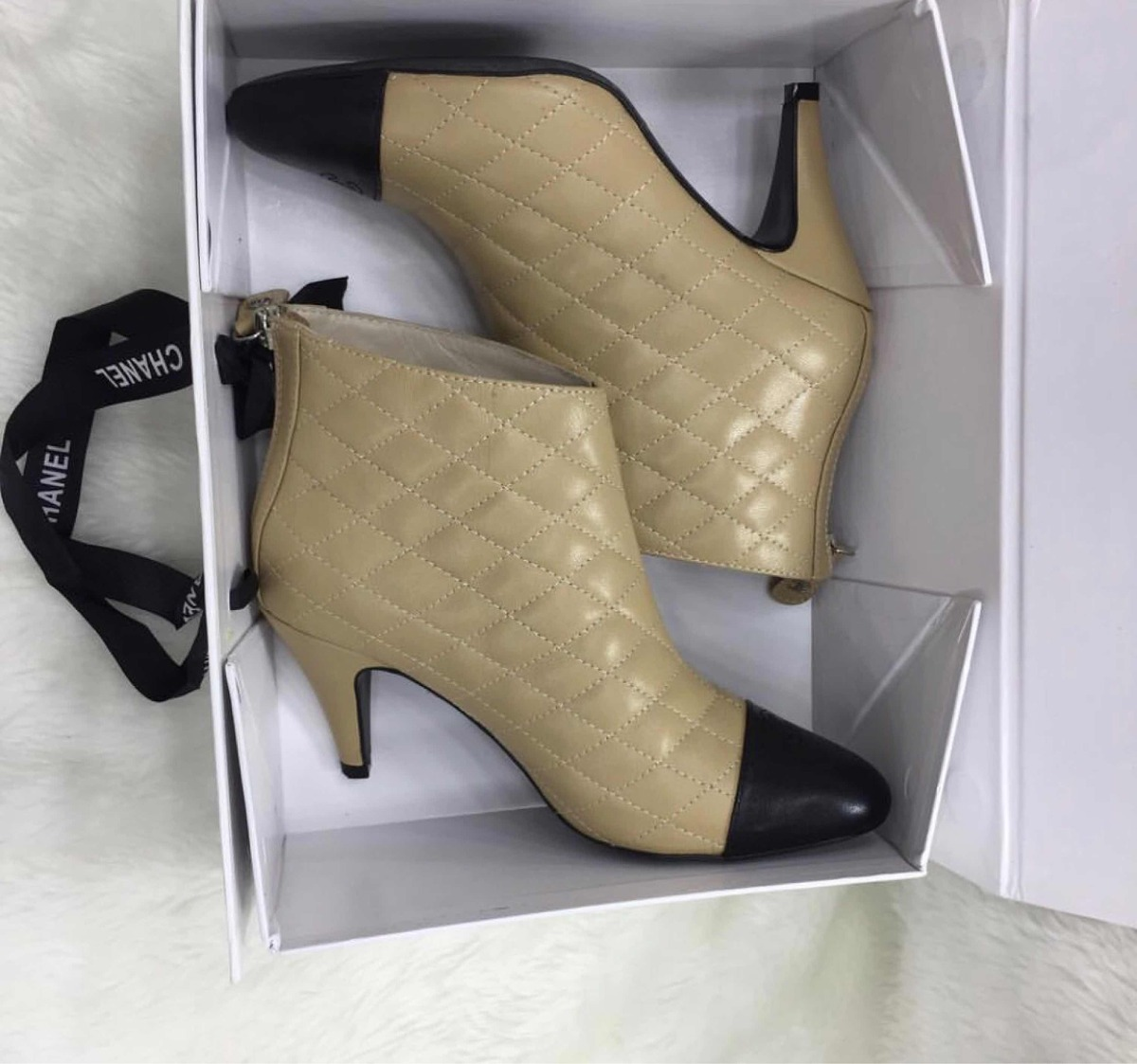 33d6561e1 Bota Chanel Couro Bicolor Novo Original - R$ 1.642,86 em Mercado Livre